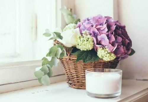 arrangering af blomster i en kurv