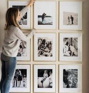 kvinde der retter på billeder