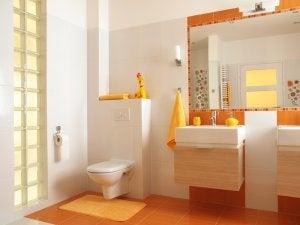 et badeværelse med orange pynt