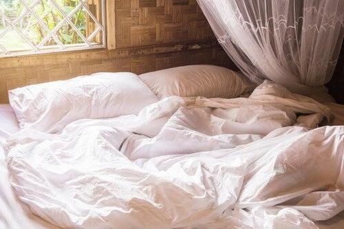 Uredt seng i soveværelset