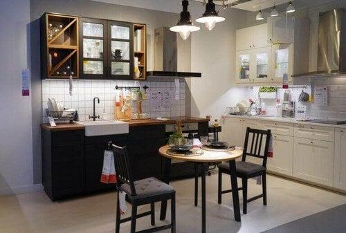 Sidebord med to stole til køkkenet