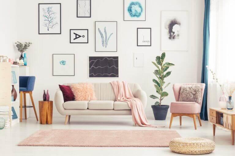 stue med adskillige billeder på væggen