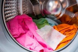 husk at sortere tøjet efter en tur i en vaskemaskine