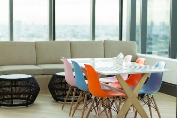 at dekorere med stole i forskellige farver