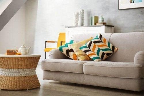 beige sofa med farverige puder