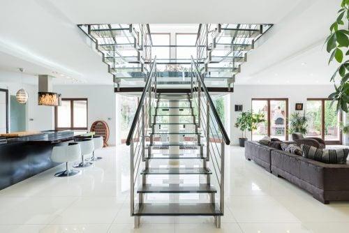 en trappe midt i et rum