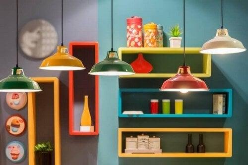 Køkken indrettet med masser af farve