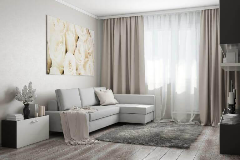 gardiner i stue med klassiske draperinger