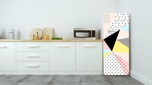 Køleskab med geometrisk vinyldesign