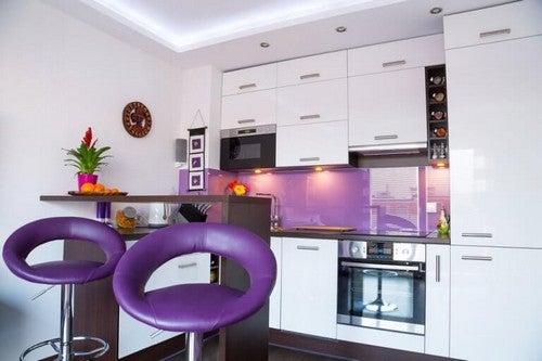 Køkken med lilla toner og masser af farve