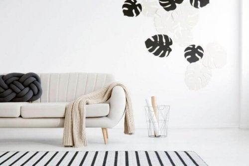 lys beige sofa med dekorationer på væggen bagved