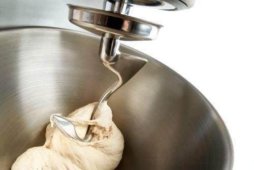 køkkenmaskiner har mange funktioner, og kan blandt andet piske fløde som ses her
