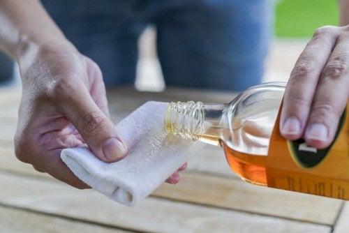 Sådan fjerner du mug fra træ med rengøringsmidler