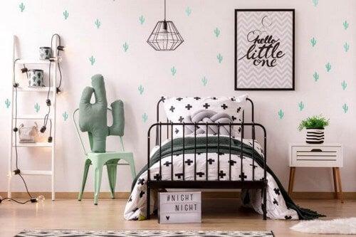Organiseret børneværelse med en god seng