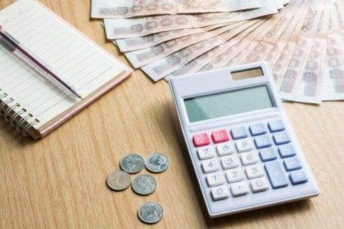 penge og lommeregner på skrivebord