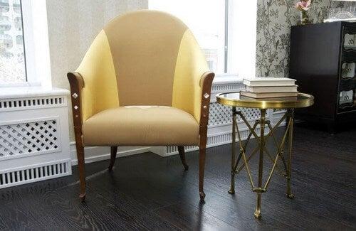 En stol med nyt betræk og polstring