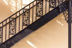 trappegelænder med vinranker