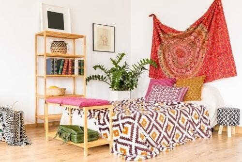 Mandalatæppe bag sengen