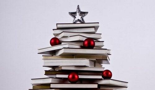 Du kan dekorere dit hjem med bøger ved at forme et juletræ ud af dem