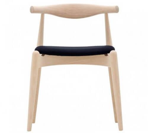 Stolen er fremstillet af blegt ask