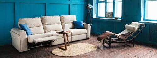 en vintage stue med blå vægge