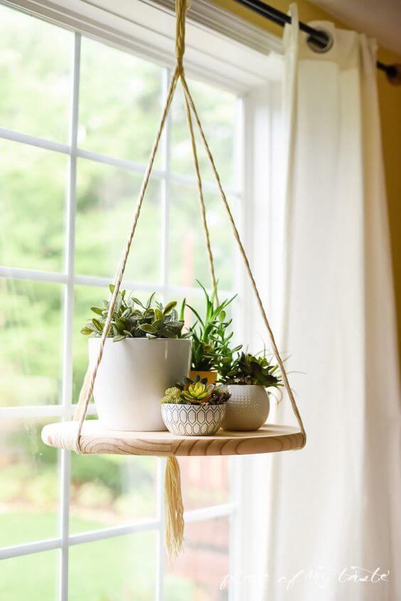 hængende hylde med planter