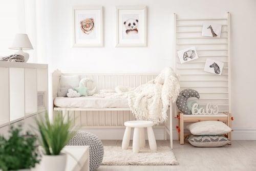 børneværelse med hvide vægge og vægdekoration
