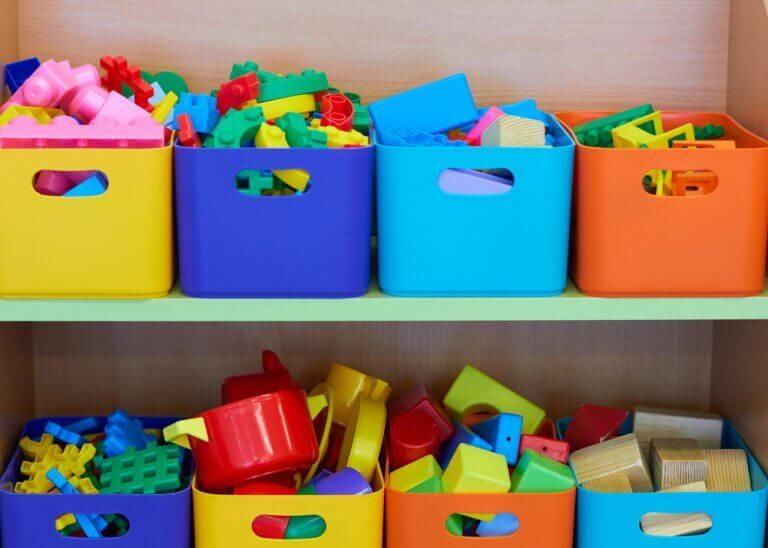 kasser med legetøj