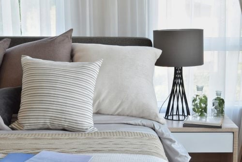 lamper til soveværelset bør have en hvid lampeskærm for den bedste effekt