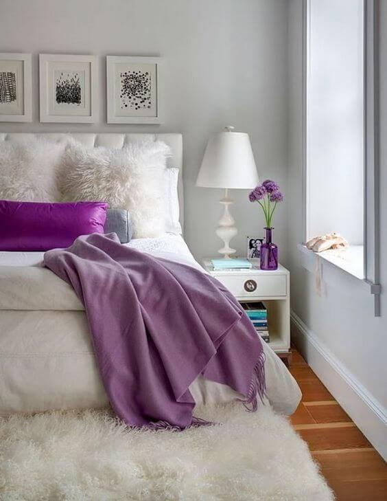 lilla tæppe på seng