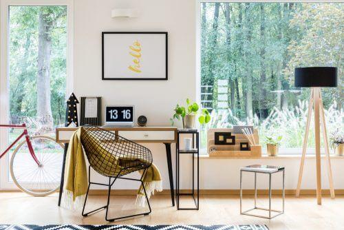 minimalistisk skrivebord på hjemmekontor