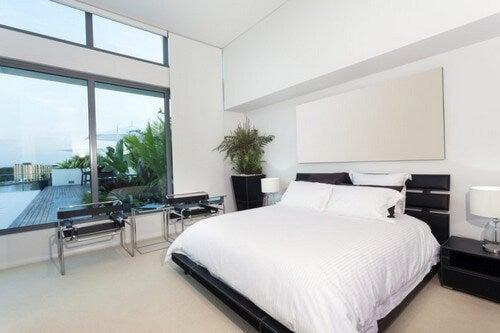Minimalistisk soveværelse med lige linjer