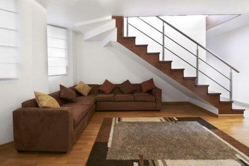 Sofa placeret under trapper