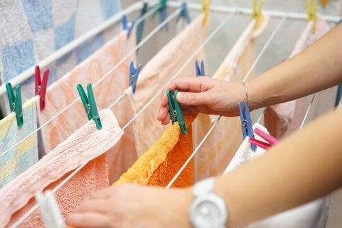 20/10-metoden: Tørrestativ med rene håndklæder
