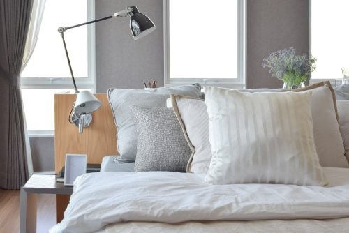 væglampe placeret på sengens hovedgærde