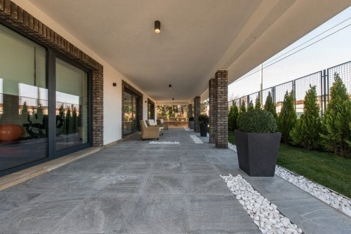 Hvordan du skal vælge gulv til din gårdhave