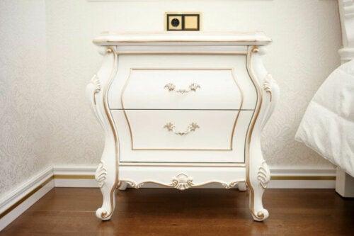 hvidt sengebord i barok stil