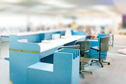 Kontor med blå elementer