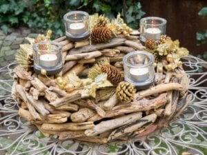 tørrede slebne grene i bunden som borddekorationer