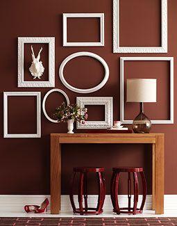 brun væg med hvide rammer