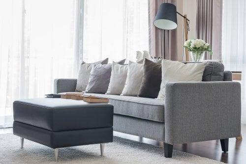 Indret din dagligstue med grå sofaer