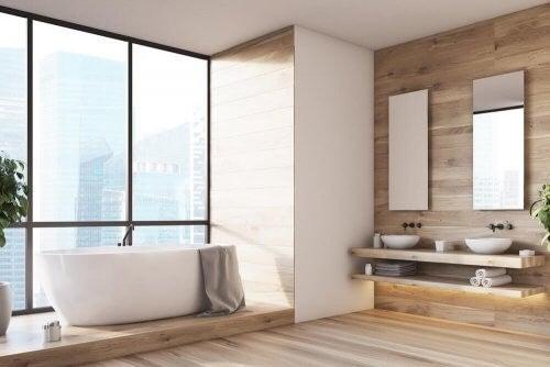 Trægulve til badeværelset kan for eksempel være i naturligt fyrretræ
