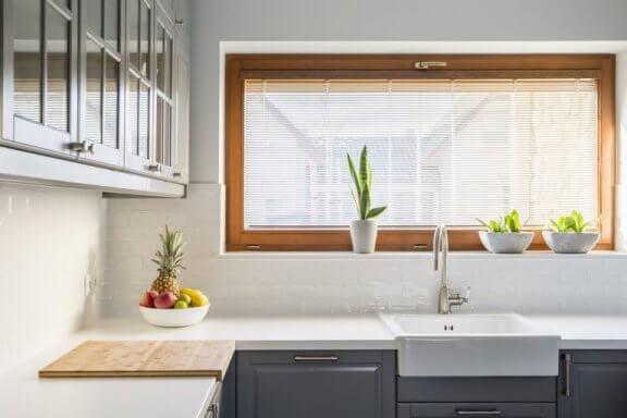 køkken med grå skabe