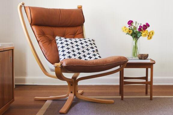Stil fra midten af 1900-tallet har møbler med skrå ben.