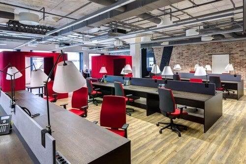 Kontor med røde elementer