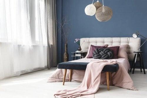 Gode møbler i fodenden af sengen