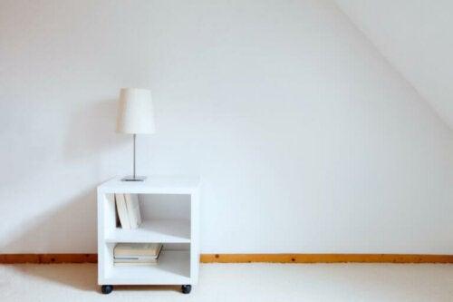 hvide sengeborde fås også i en simpel minimalistisk stil