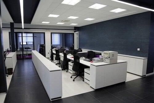 Kontor med sorte elementer