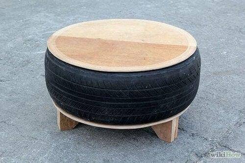 Taburet lavet af træplade og gammelt bildæk