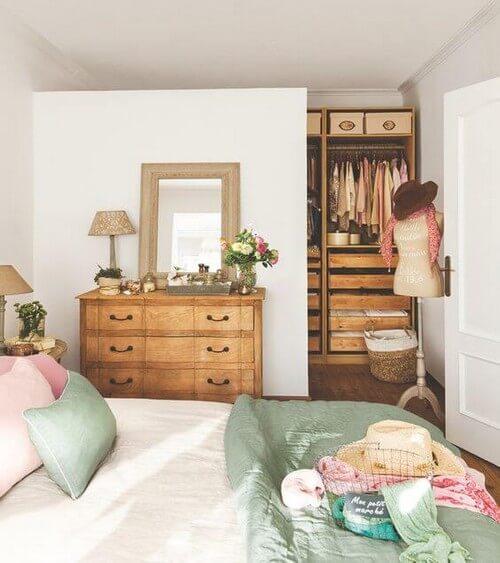 Soveværelse med en flot trækommode